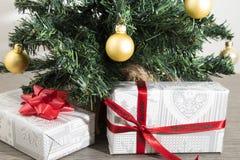 Groene Kerstmisboom met vele giften en decoratie stock foto