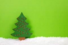 Groene Kerstmisboom op een sneeuwachtergrond stock afbeelding