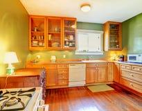 Groene keuken met houten kabinetten Stock Foto