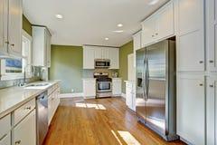 Groene keukenruimte met witte opslagcombinatie Stock Foto's