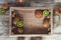 Groene kiwien in het houten dienblad Stock Afbeelding