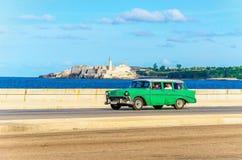 Groene klassieke Amerikaanse auto op straat van Havana Royalty-vrije Stock Afbeeldingen