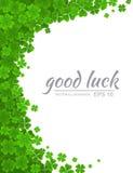 Groene klavergrens, bloemenkader met realistische die klavertjevier op witte achtergrond wordt geïsoleerd Het symbool van Ierland Royalty-vrije Stock Foto