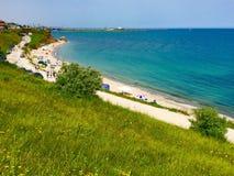 Groene klippen, strand en blauw water, 2 MAI, Constanta-Provincie, Roemenië Royalty-vrije Stock Fotografie