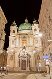Groene koepel en voorgevel van Peterskirche, St Peters Church, Wenen, Oostenrijk stock afbeelding