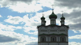 Groene koepels met Orthodoxe kruisen van het klooster stock video