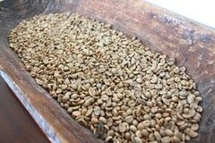 Groene koffiebonen in houten kom Royalty-vrije Stock Fotografie