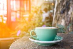 Groene koffiekop op houten lijst stock fotografie