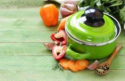 Groene kokende pot en ingrediënten voor soep of hutspot stock foto
