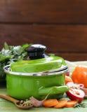 Groene kokende pot en ingrediënten voor soep of hutspot royalty-vrije stock fotografie