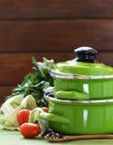 Groene kokende pot en ingrediënten voor soep of hutspot stock foto's
