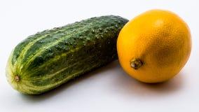 groene komkommer en citroen op een witte achtergrond Royalty-vrije Stock Foto