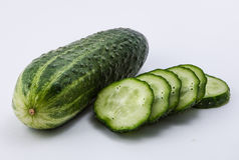 Groene komkommer op een witte achtergrond Stock Foto