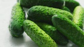Groene komkommers in close-up stock videobeelden