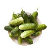 Groene komkommers op een plaat Stock Fotografie
