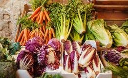 Groene kool, wortel, brassica en gezonde selderie op markt Stock Fotografie