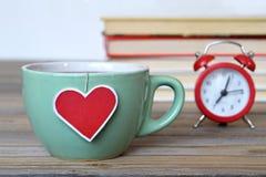 Groene kop thee met hart gevormd theezakjeetiket royalty-vrije stock fotografie