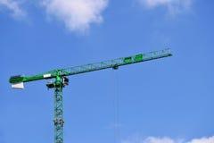 Groene kraan in het de stadscentrum van Birmingham op de mooie hemel Stock Afbeelding
