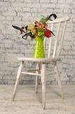 Groene kruik met decortribunes op een houten stoel Royalty-vrije Stock Foto