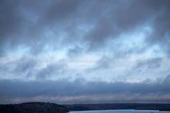 Groene kustduinen onder de donkere hemel bij onverbiddelijke Kaap de hemel boven Kaap Royalty-vrije Stock Foto's