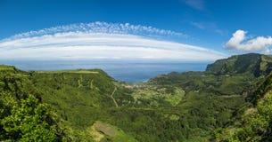 Groene kustlijn van Flores-eiland, de Azoren, Portugal royalty-vrije stock foto's