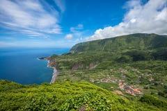Groene kustlijn van Flores-eiland, de Azoren, Portugal royalty-vrije stock fotografie
