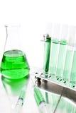 Groene laboratoriumapparatuur Royalty-vrije Stock Foto's