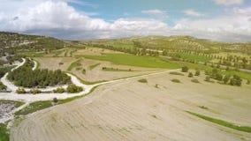 Groene landbouwgebieden en weiden van het satellietbeeld van Cyprus, bewolkte blauwe hemel stock afbeelding