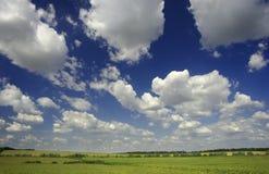 Groene landsape met wolken Royalty-vrije Stock Afbeeldingen