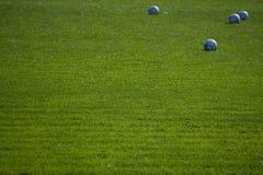 Groene lege voetbalgrond met ballen Stock Afbeeldingen