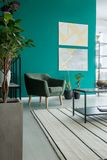 Groene leunstoel in woonkamer Stock Foto's
