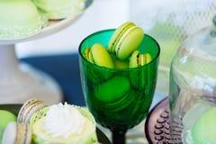 Groene macarons in glas Ondiepe diepte van gebiedsachtergrond Stock Foto's