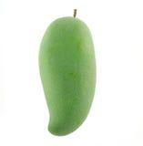 Groene mango op een witte achtergrond Stock Afbeelding