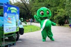 Groene mascotte in park stock afbeelding