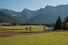 Groene meer en Karwendel massiefbergen Stock Fotografie