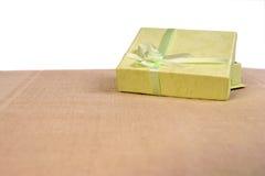 Groene minigiftdoos met lint Stock Afbeeldingen