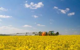 Groene moderne tractor die een gewassenspuitbus trekken royalty-vrije stock fotografie