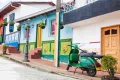 Groene motorfiets bij de kleurrijke stad van Guatape, Antioquia Stock Afbeelding
