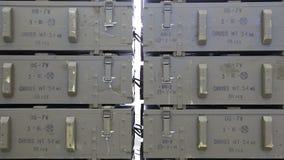 Groene munitiedozen met raket-aangedreven granaten RPG Gezoem uit stock footage
