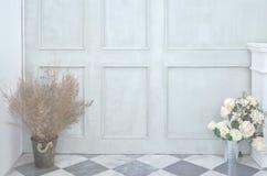 Groene muur en bloemvaas stock foto's