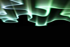 Groene noordelijke lichten tegen zwarte achtergrond stock foto's