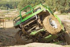 Groene off-road auto in een moeilijk terrein Royalty-vrije Stock Fotografie