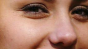 Groene ogen van mannequin het spelen close-up stock videobeelden