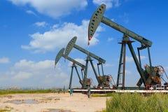 Groene Oliepomp van ruwe oliebroninstallatie Royalty-vrije Stock Afbeelding