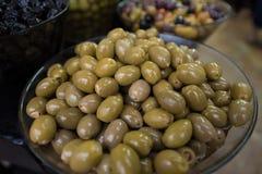 Groene olijven bij de markt stock afbeeldingen