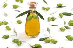 Groene olijven en fles olijfolie Stock Fotografie
