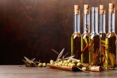 Groene Olijven en Flessen van Olive Oil Stock Afbeeldingen