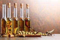 Groene Olijven en Flessen van Olive Oil Stock Foto's