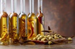 Groene Olijven en Flessen van Olive Oil Royalty-vrije Stock Afbeelding