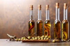 Groene Olijven en Flessen van Olive Oil Stock Fotografie
